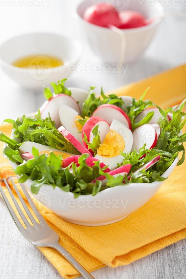 gesunder Salat mit Eierrettich und grünen Blättern foto