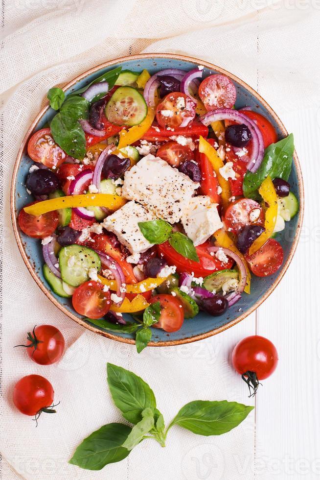 Griechischer Salat mit frischem Gemüse, Feta-Käse, schwarzen Oliven foto