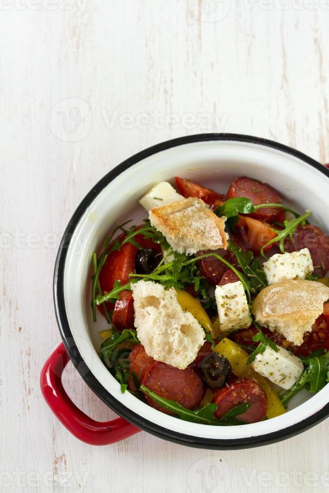 Salat mit Chourico, Käse und Brot foto