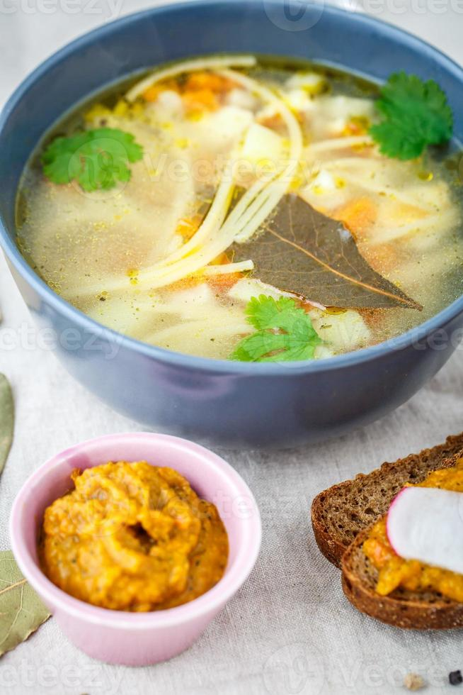 Suppe mit Nudeln foto