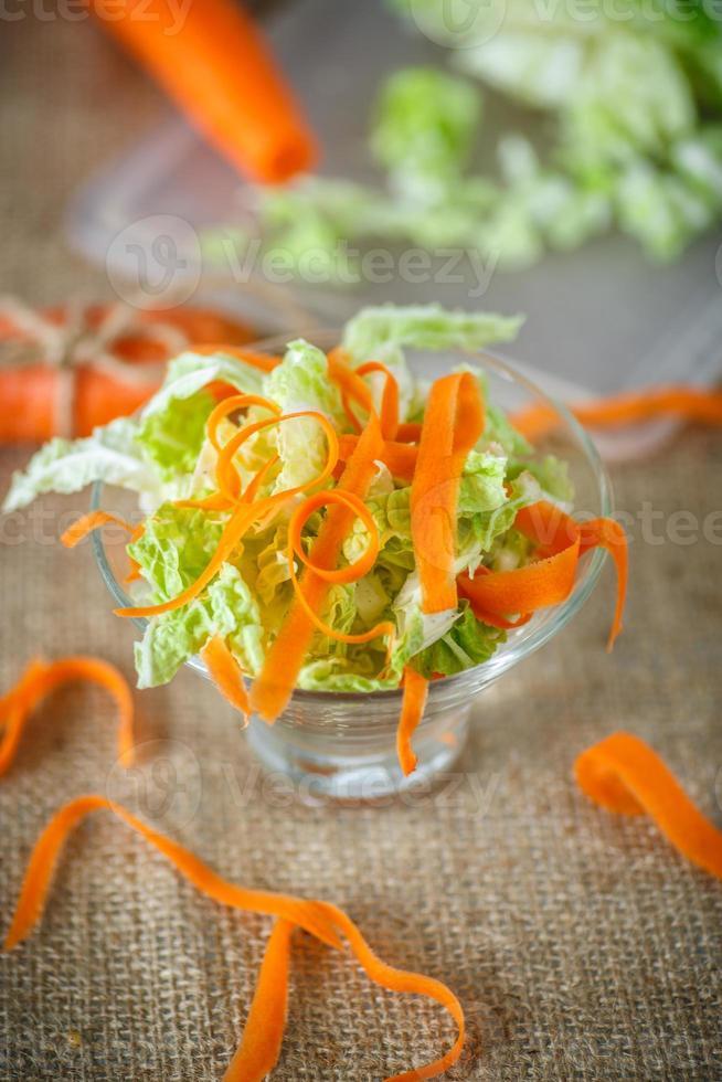 Salat aus frisch gehacktem Kohl und Karotten foto