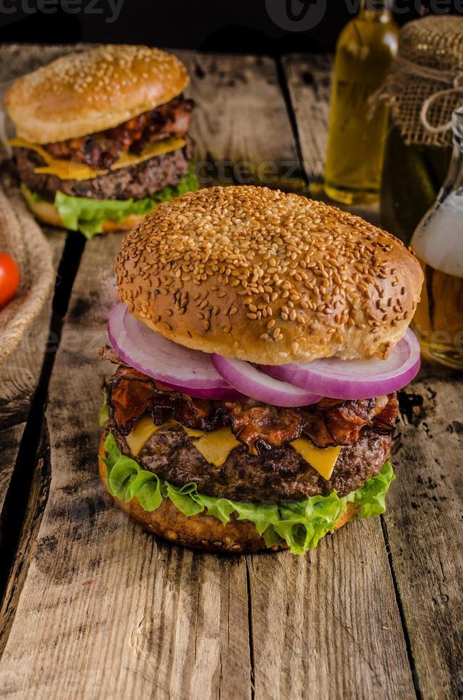 amerikanischer rustikaler Burger foto
