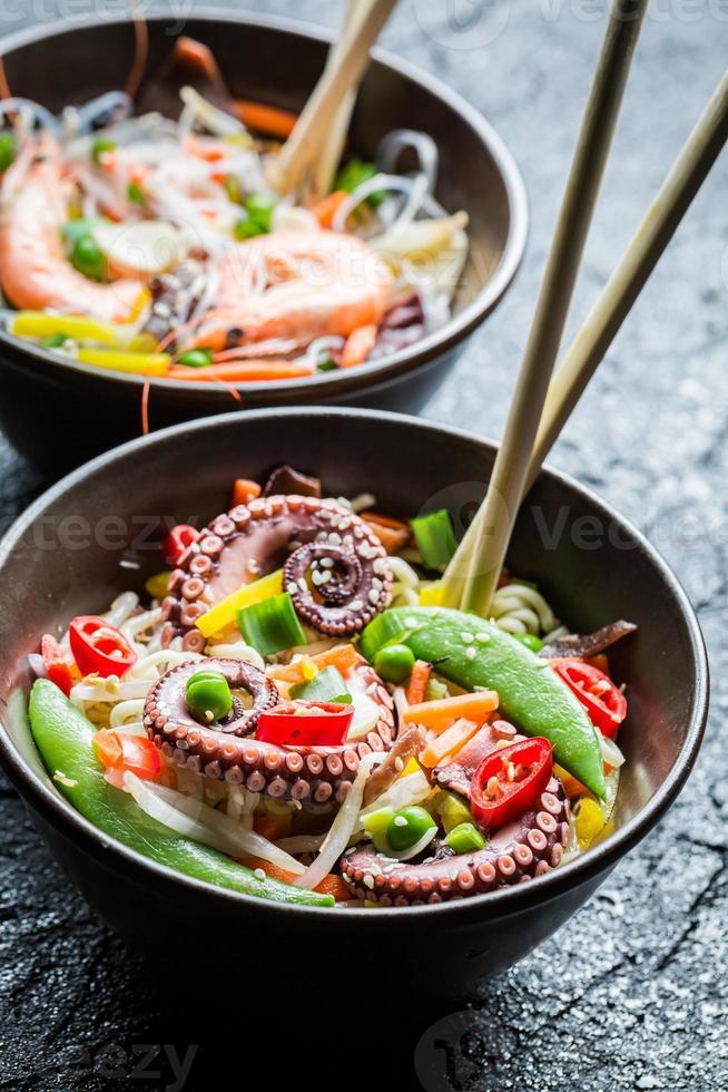 traditionelles Gericht mit Meeresfrüchten und Nudeln foto