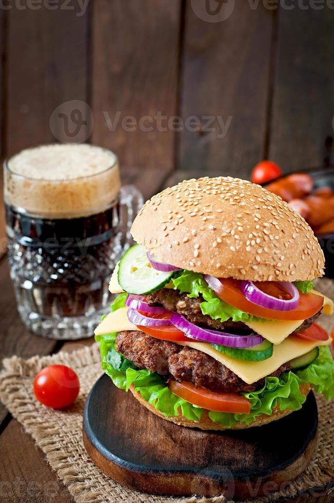 großer saftiger Hamburger mit Gemüse und Rindfleisch foto