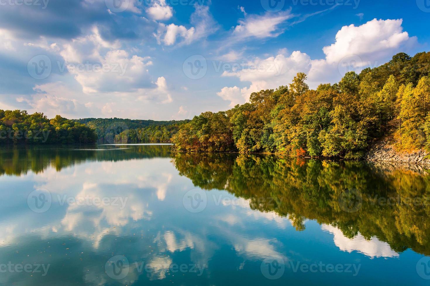 Wolken und Bäume, die sich im Prettyboy-Reservoir, Baltimore Co., spiegeln foto