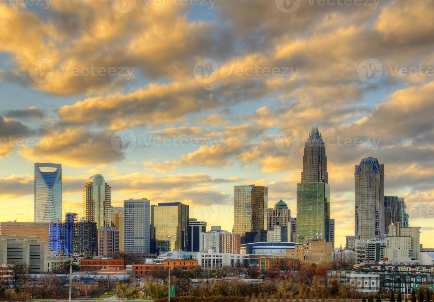 Skyline von Uptown Charlotte bei Sonnenuntergang foto