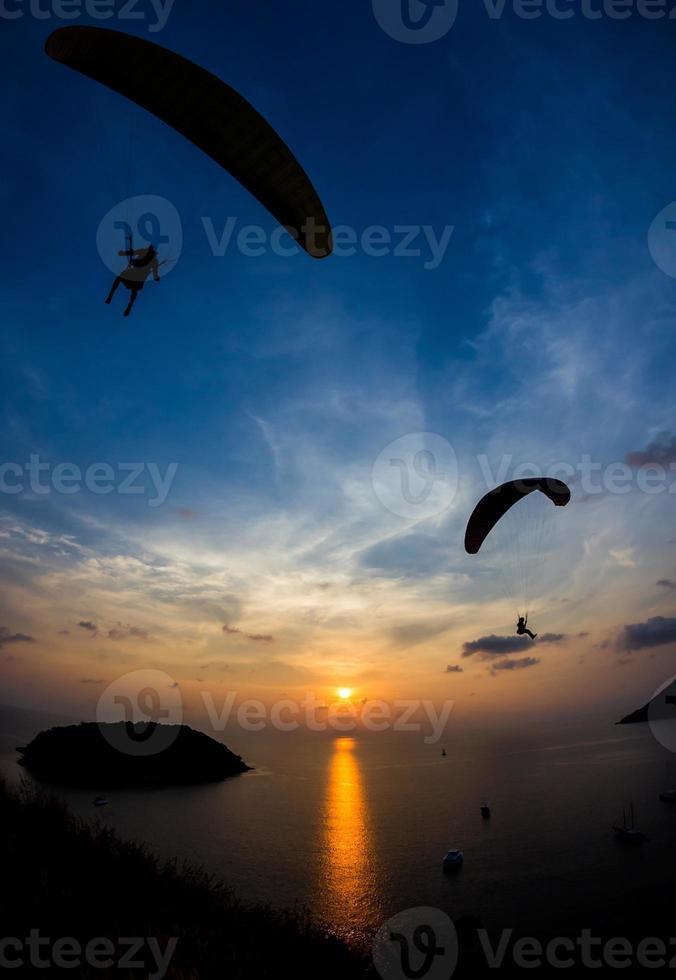 Gleitschirme bei Sonnenuntergang foto