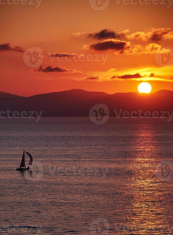 Yacht bei Sonnenuntergang foto