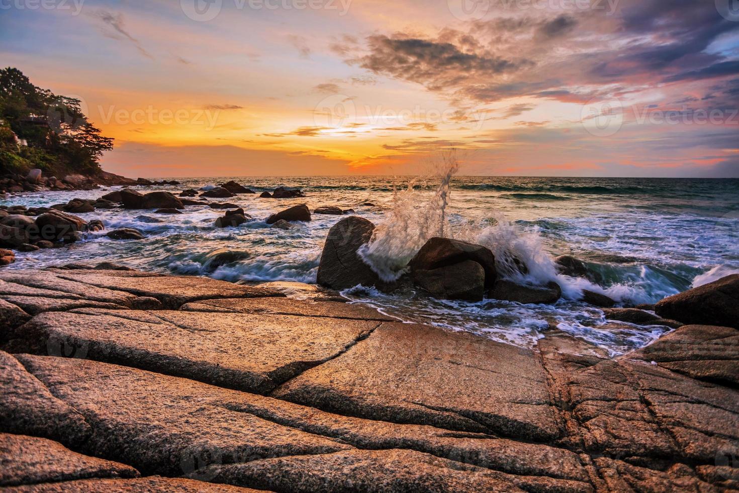 düsterer tropischer Sonnenuntergang foto
