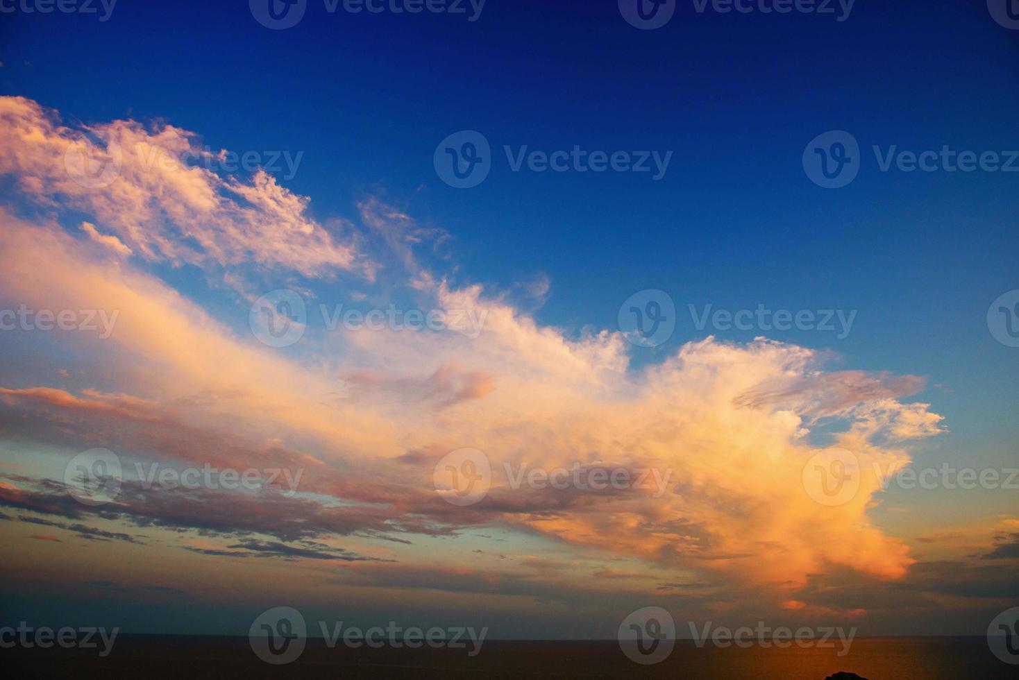 Sonnenuntergang über den Bergen foto