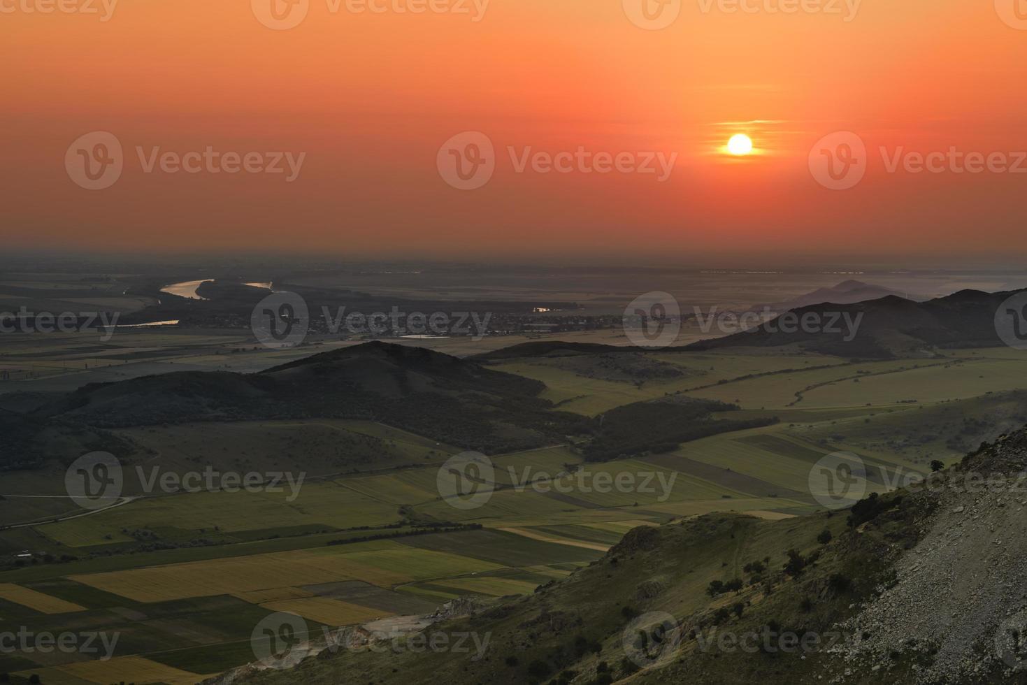 Sonnenuntergang auf einem Hügel foto