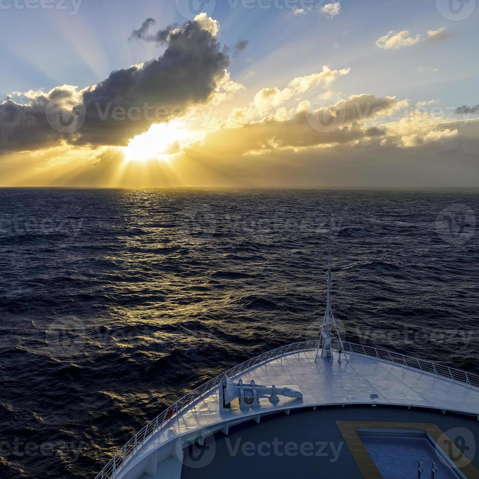 Kreuzfahrt in den Sonnenuntergang foto