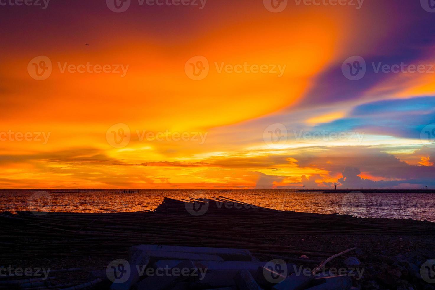 Seelandschaft vor Sonnenuntergang @ krabi foto