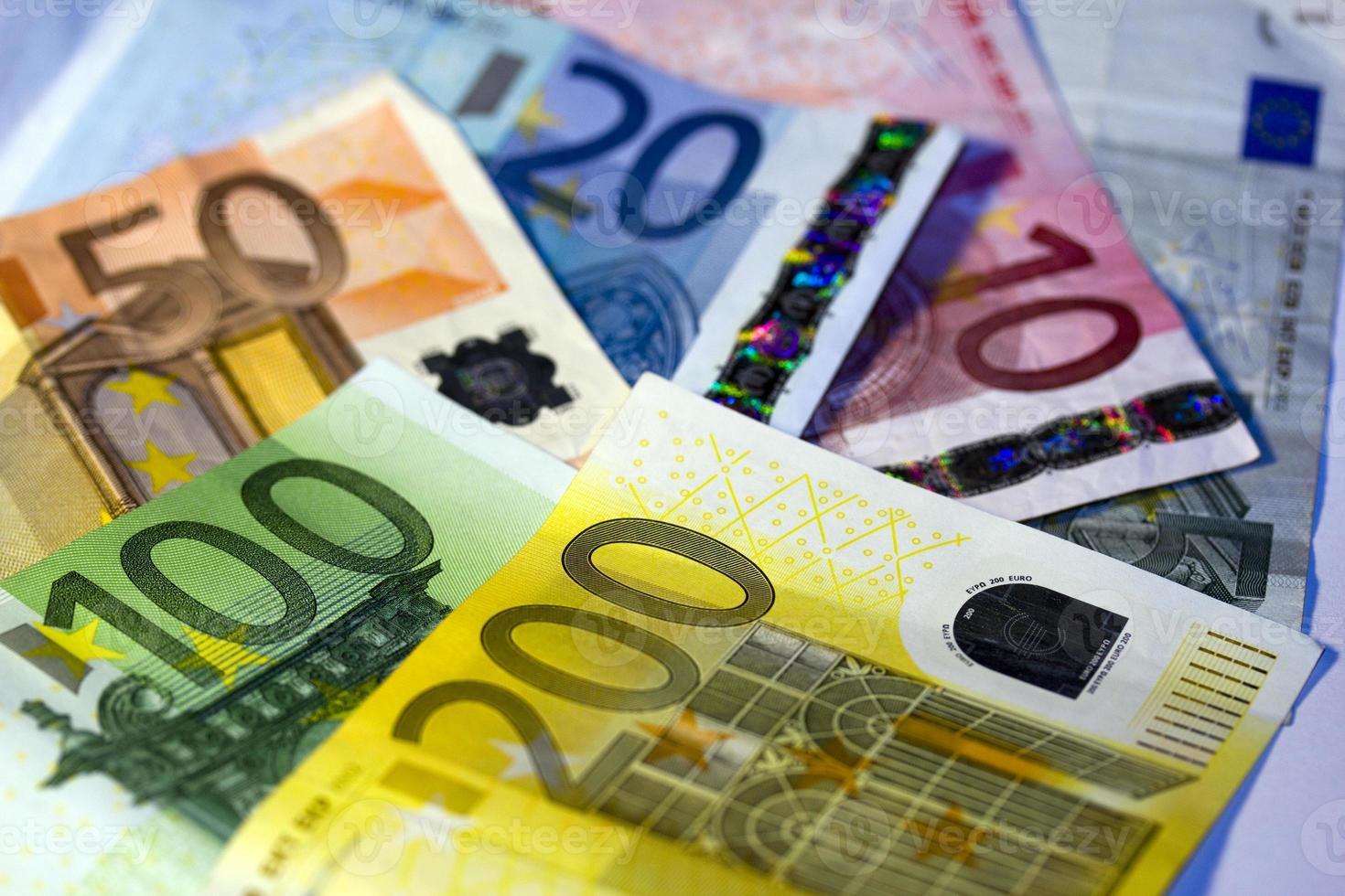 Euro-Noten zu anderen im Hintergrund foto