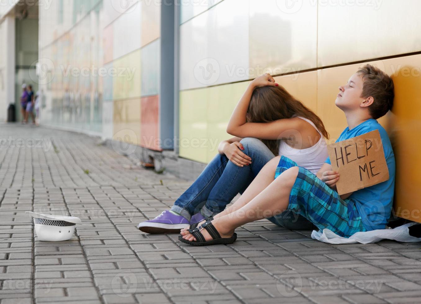 zwei junge Menschen betteln wegen Obdachlosigkeit foto