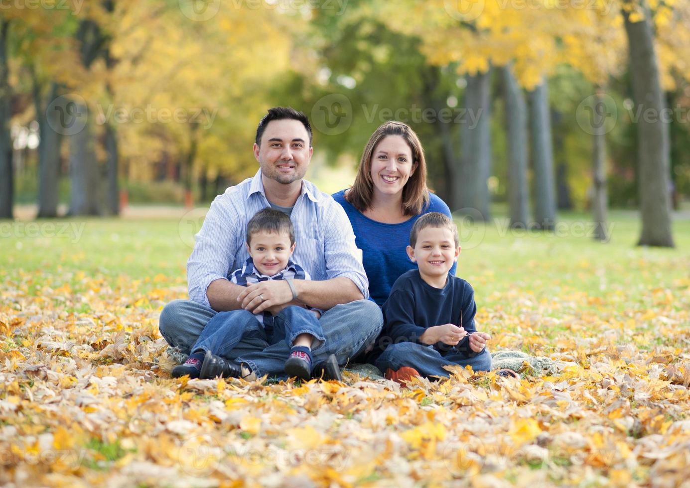 Paar mit zwei kleinen Kindern foto