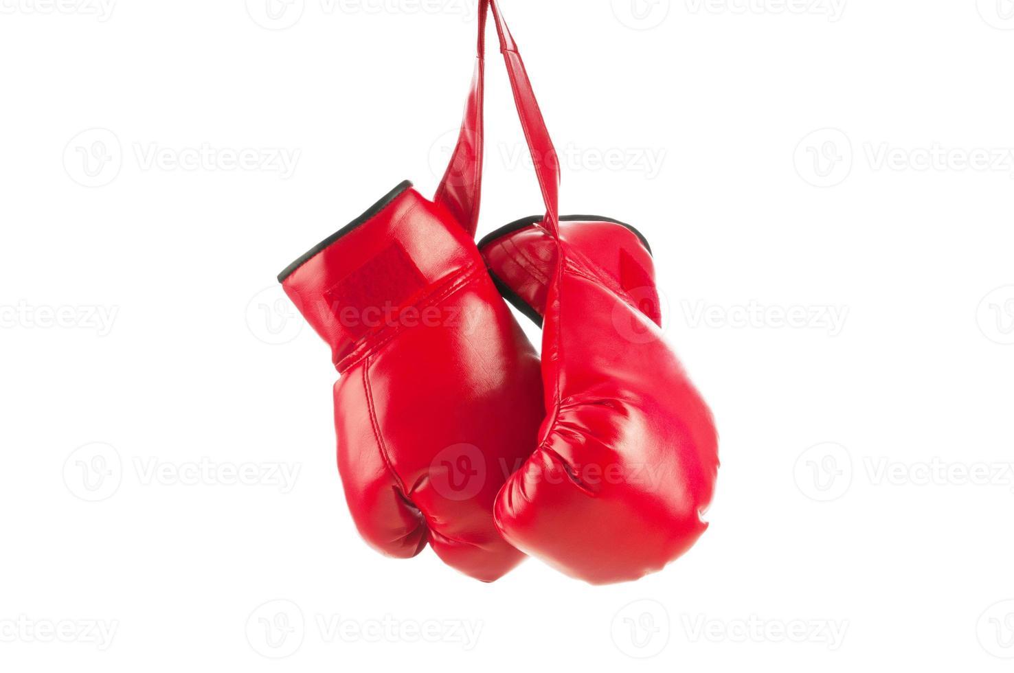 rote Boxhandschuhe isoliert auf weiß foto