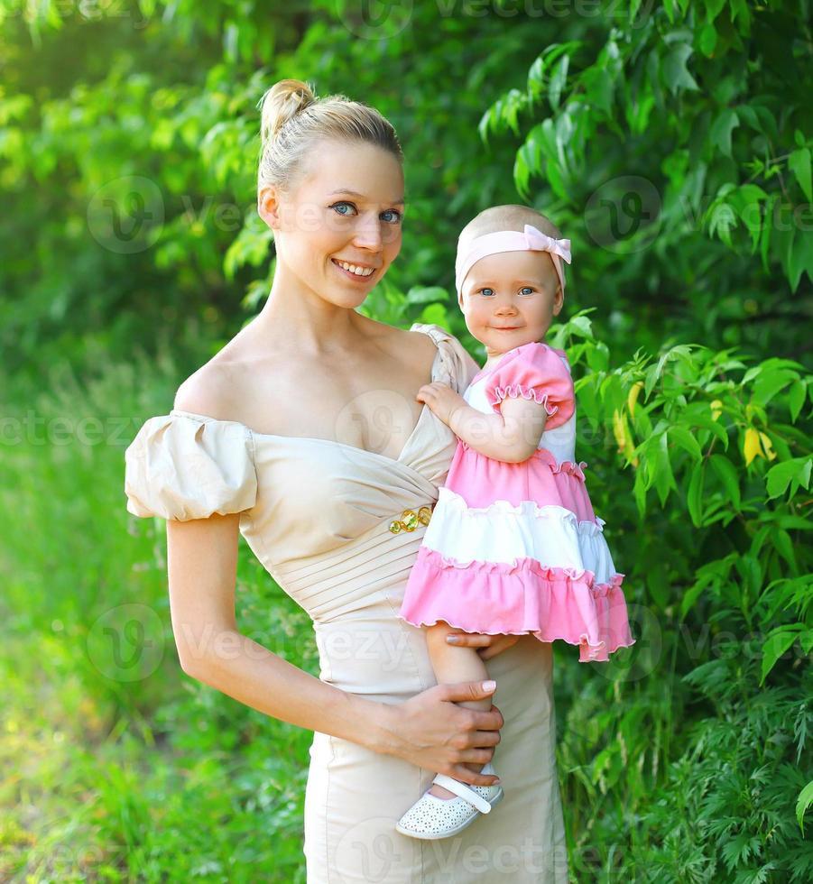 Porträt der glücklichen jungen Mutter und der kleinen Tochter foto
