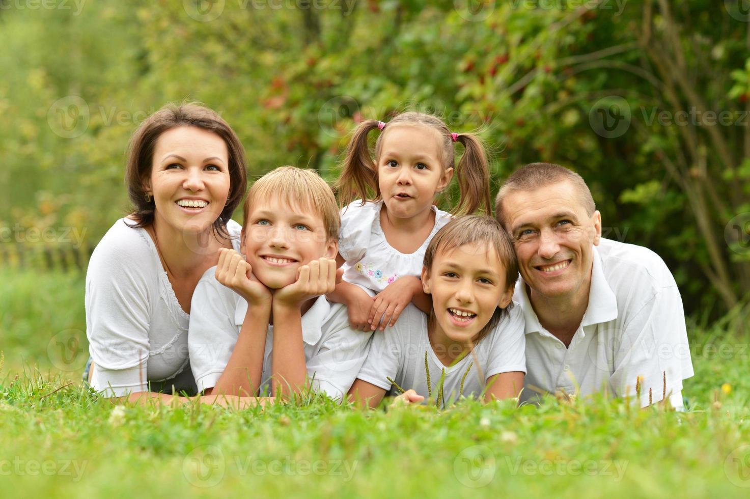 fünfköpfige Familie liegend foto