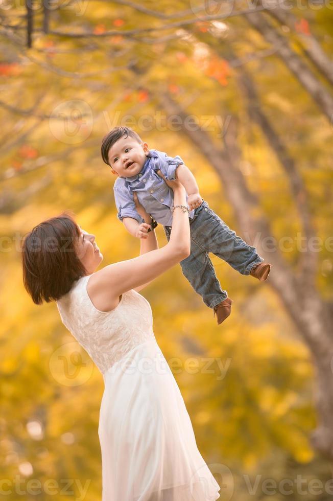 asiatische Mutter und Sohn haben Spaß im Freien foto