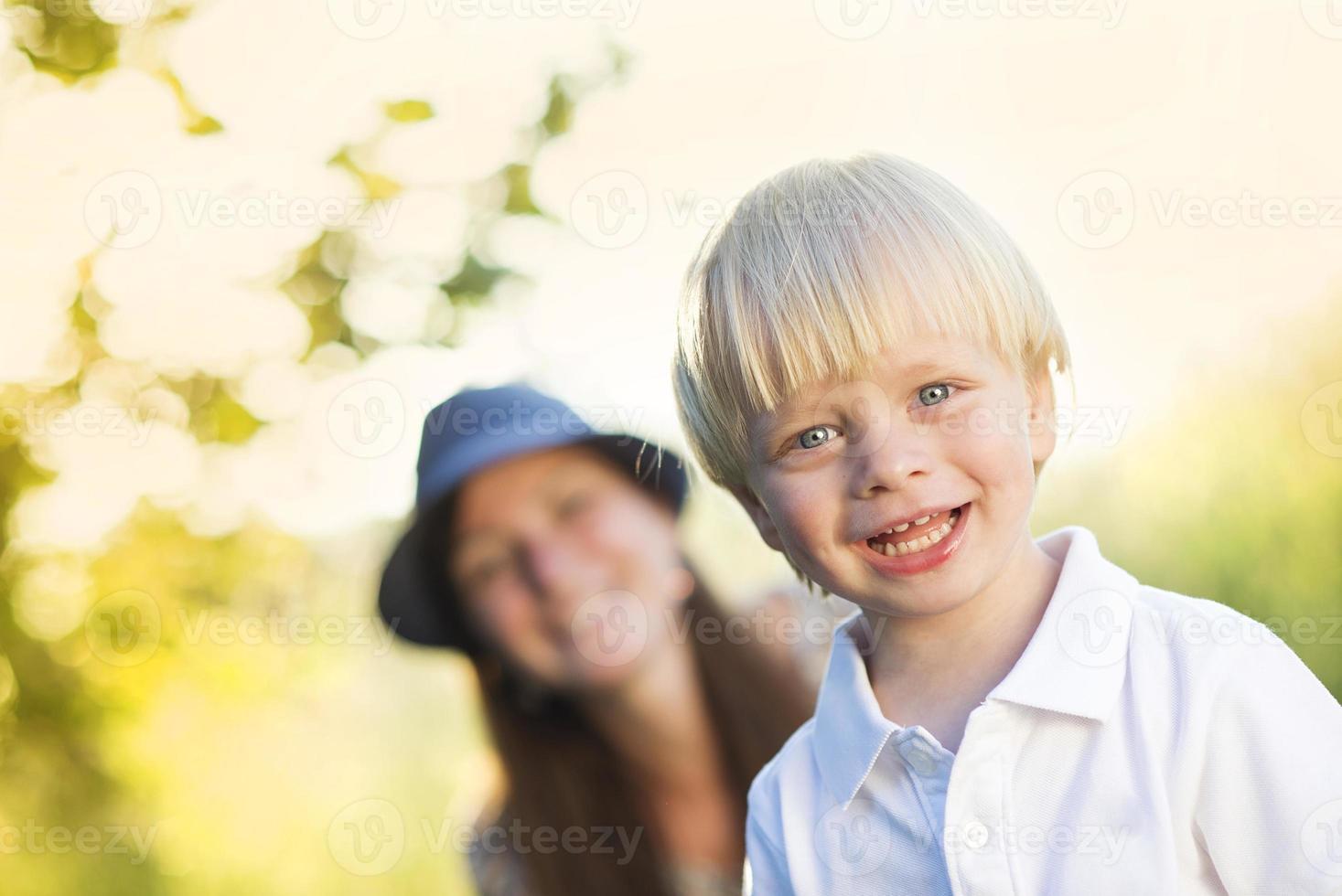 Mutter und Sohn spielen draußen foto
