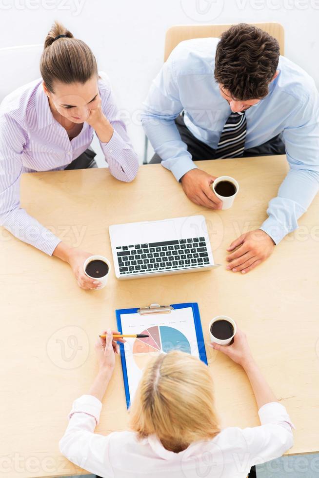 Hochwinkelporträt von Geschäftsleuten am Tisch foto