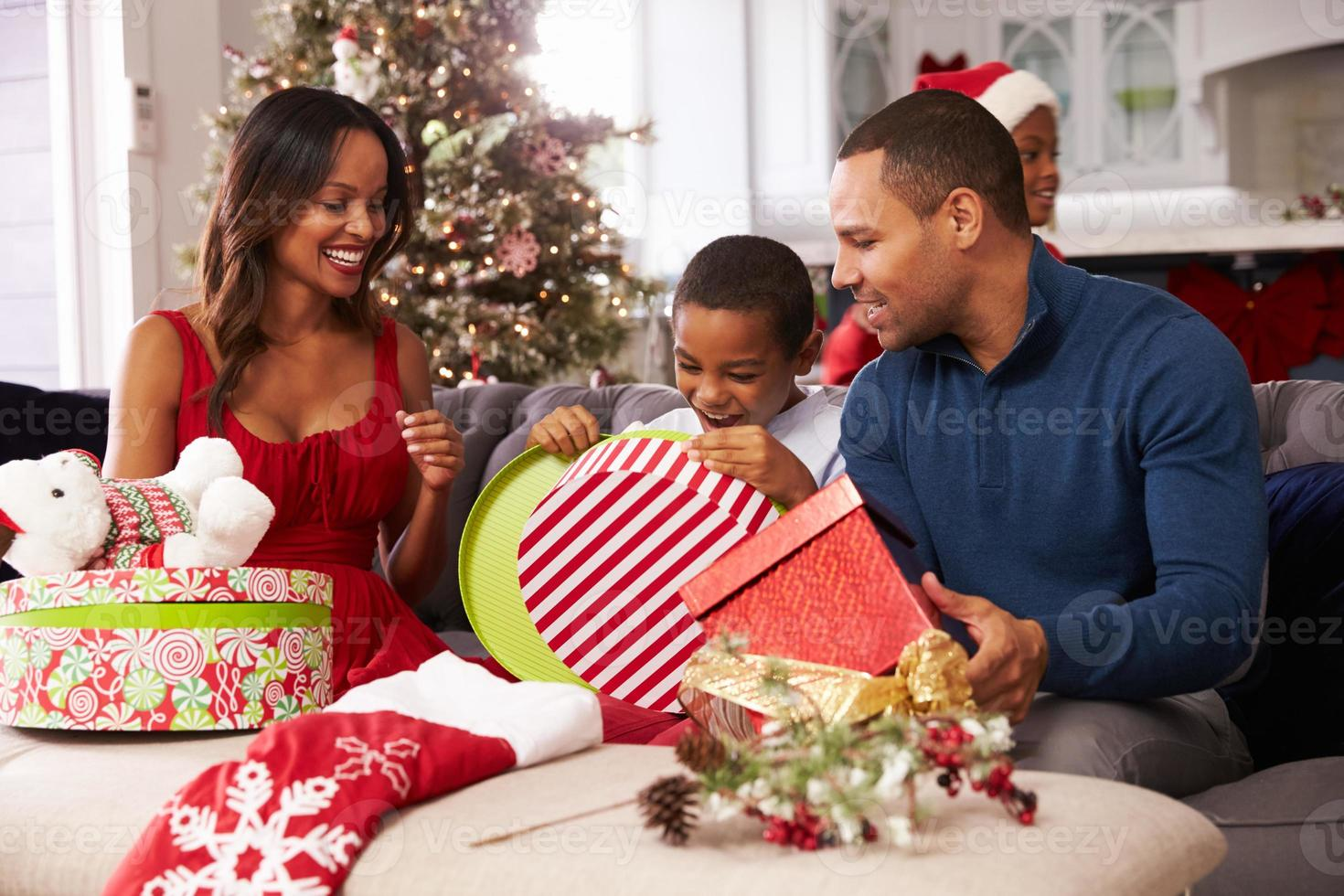 Familieneröffnung Weihnachtsgeschenke zu Hause zusammen foto