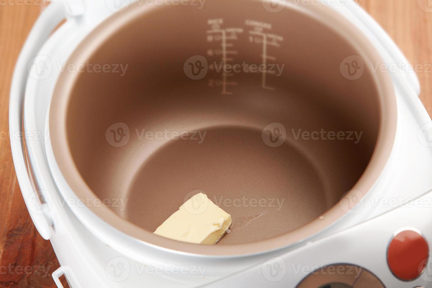 der Prozess des Schmelzens von Butter foto