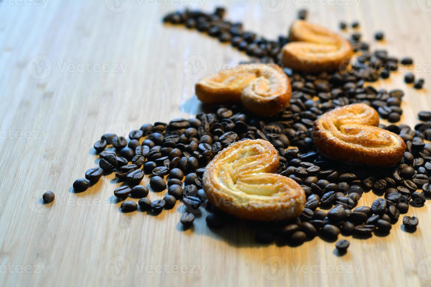 zuckerhaltige Kekse auf Kaffeebohnen foto