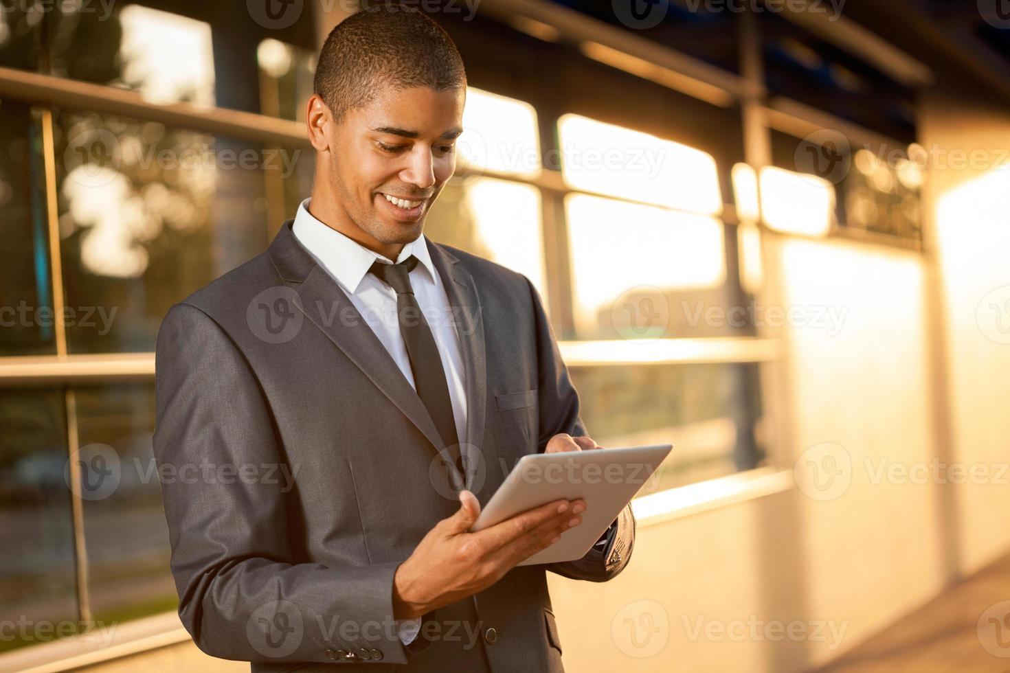 Afroamerikaner Geschäftsmann mit digitaler Tablette foto