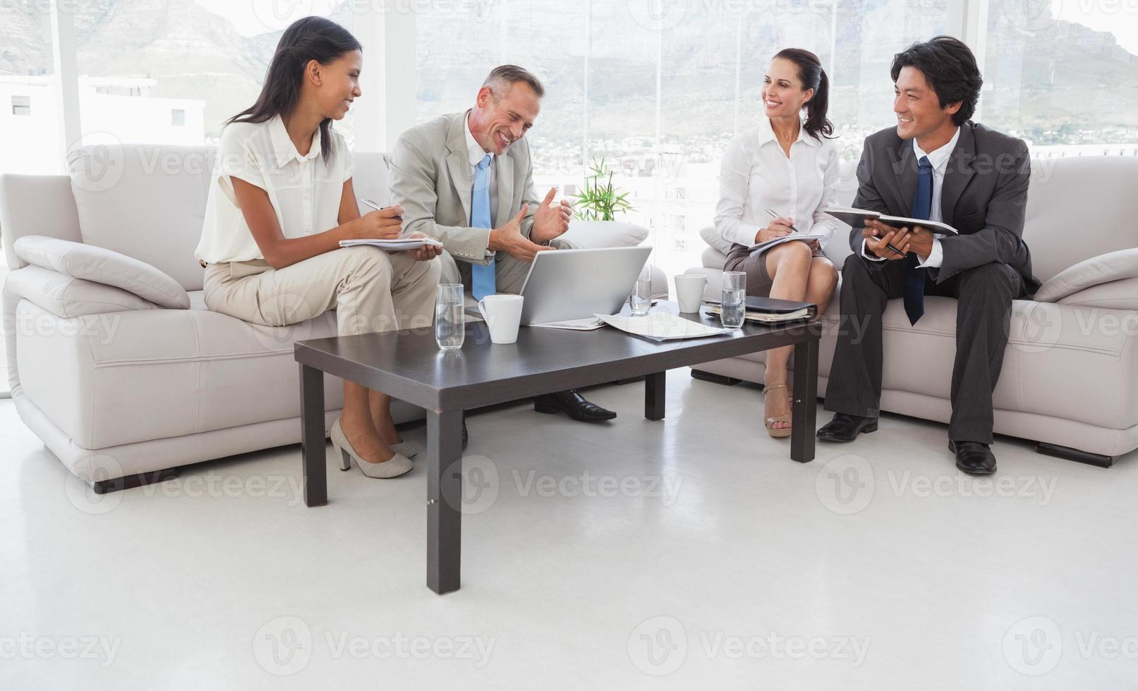 hart arbeitende Geschäftsleute sitzen foto