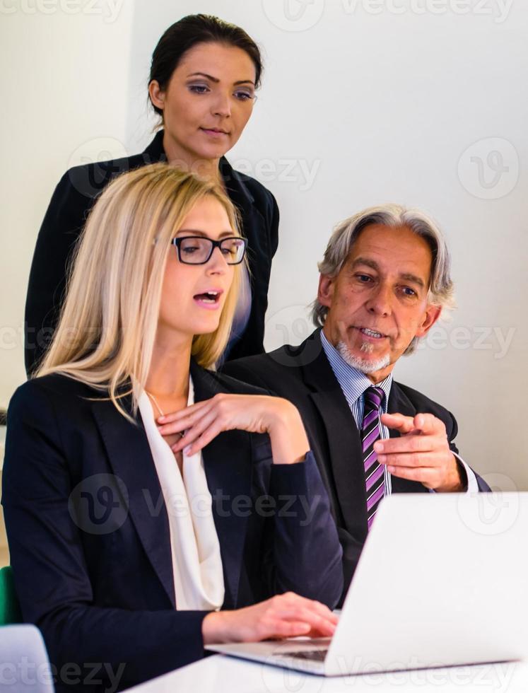 Gruppe im Geschäftstreffen foto