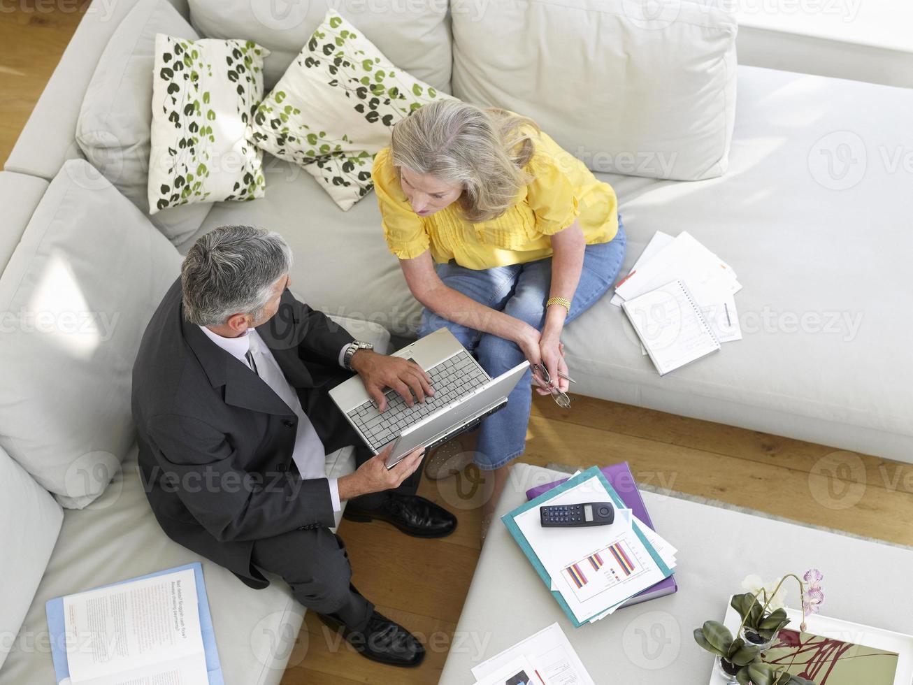 Frau mit Finanzberaterin auf dem Sofa foto