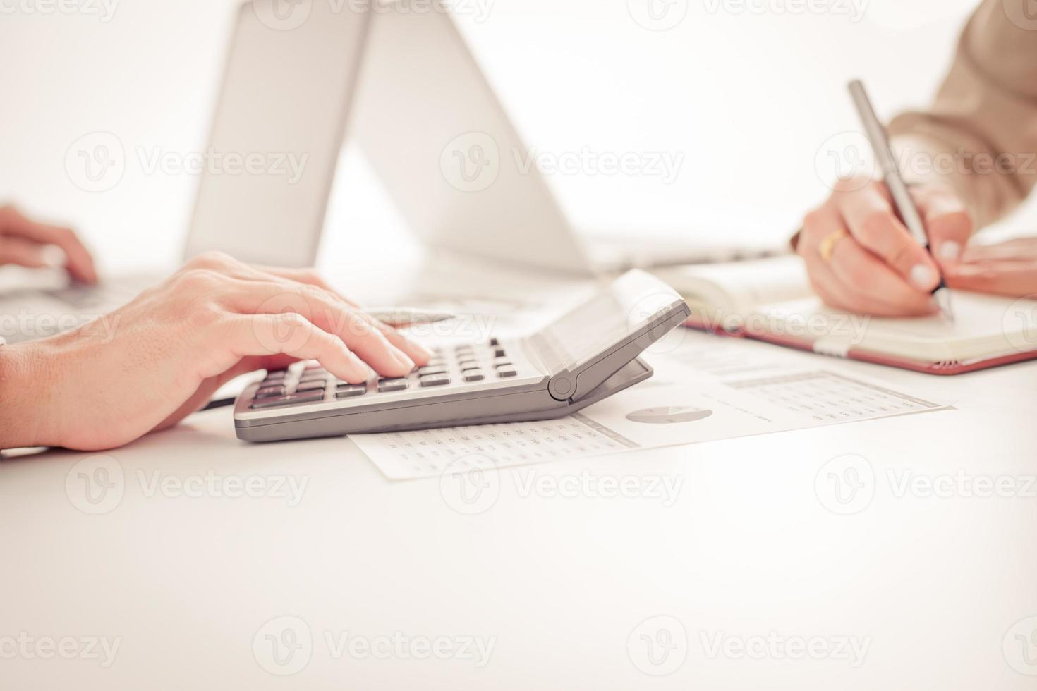 Geschäftsleute diskutieren die Diagramme und Grafiken, die die res zeigen foto