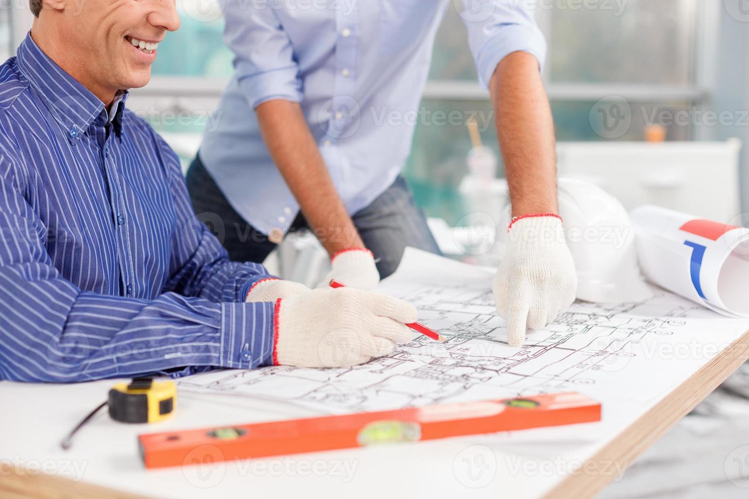 Erfahrene männliche Architekten arbeiten am Neubau foto