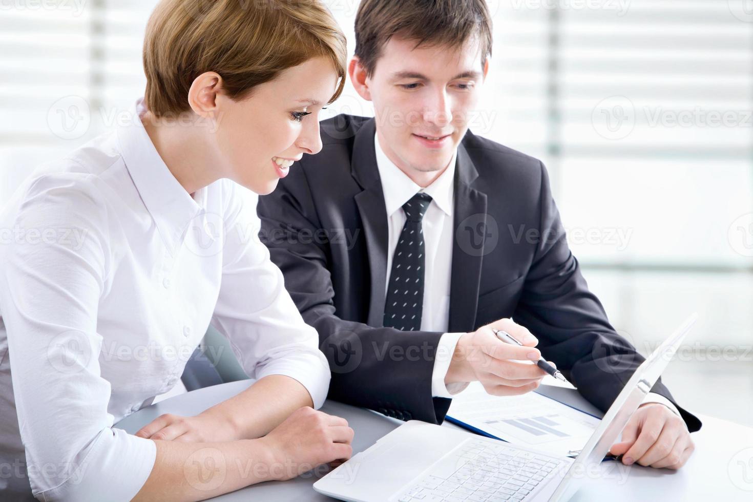 Geschäftsleute, die beim Treffen arbeiten foto