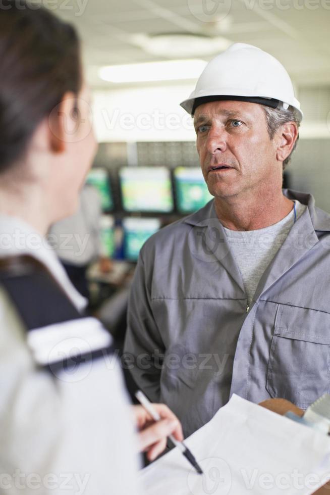 Sicherheitspersonal im Gespräch mit dem Arbeiter foto