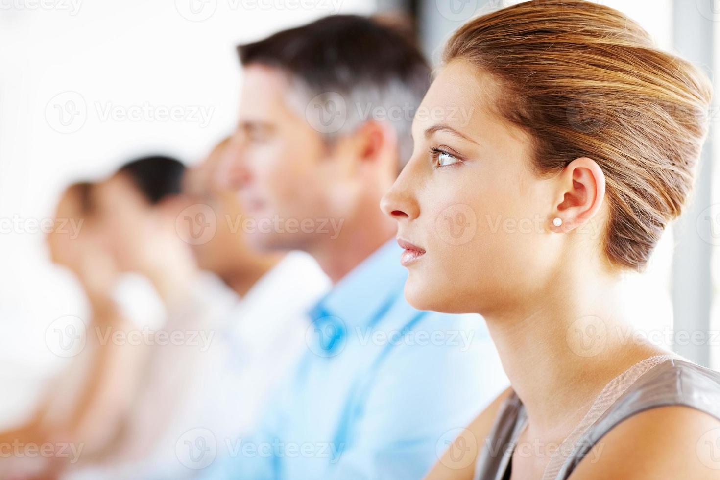 Geschäftsleute in der Mitarbeiterversammlung foto