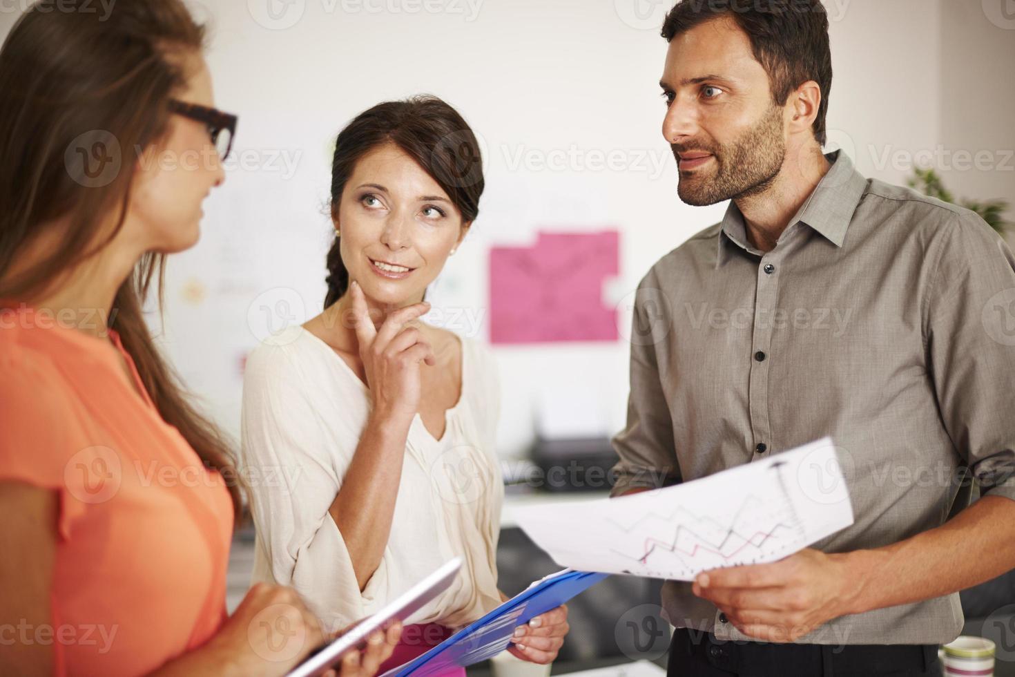 junges Team in einem großen Unternehmen foto