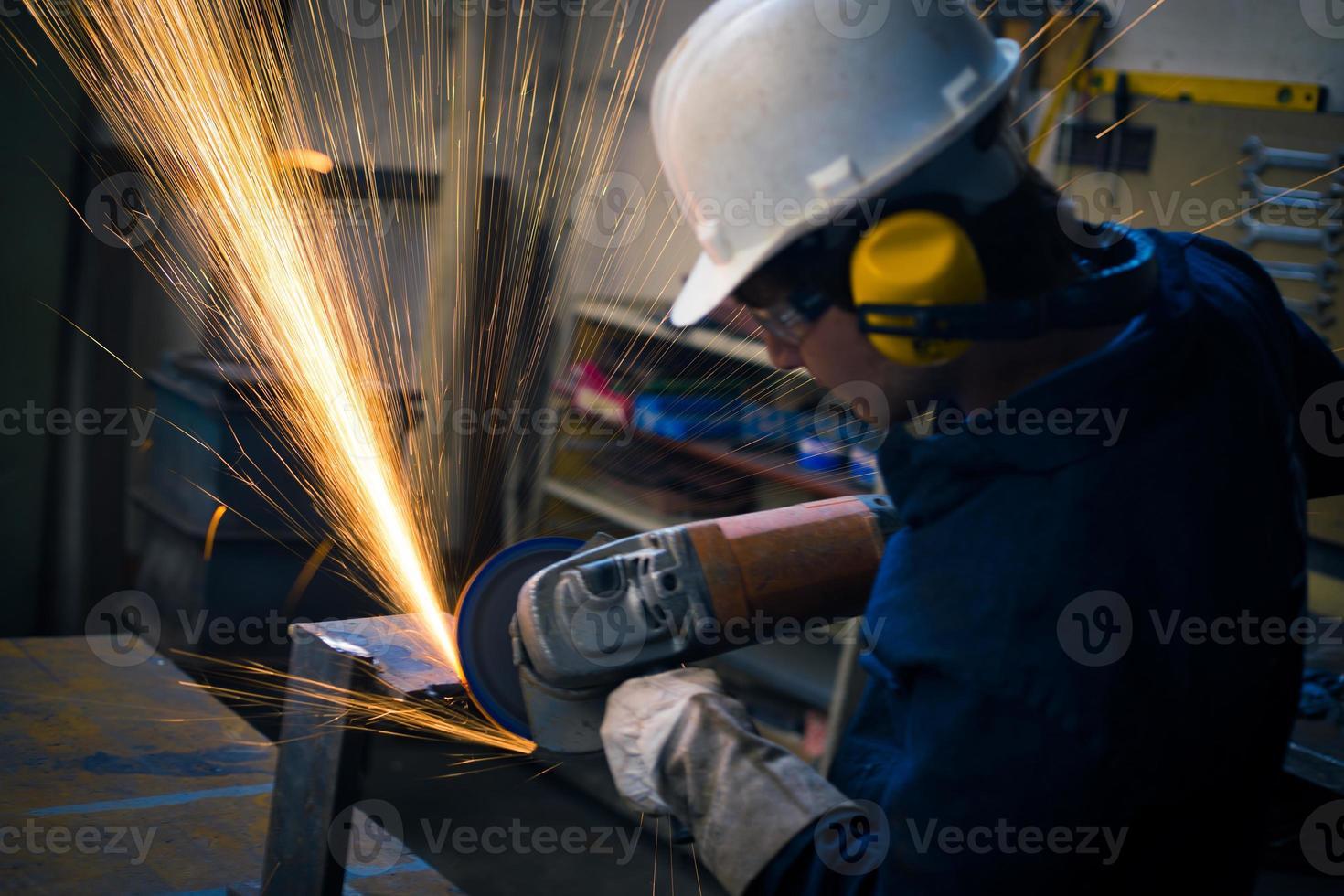Arbeiter schleifen in der Werkstatt foto