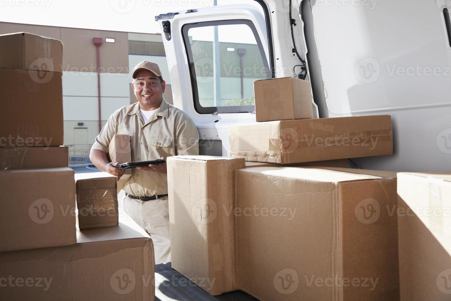 Hispanic Mann liefert Pakete foto