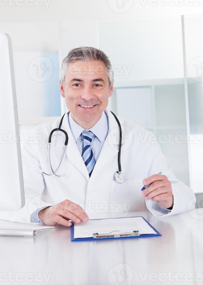 Porträt des reifen männlichen Arztes foto