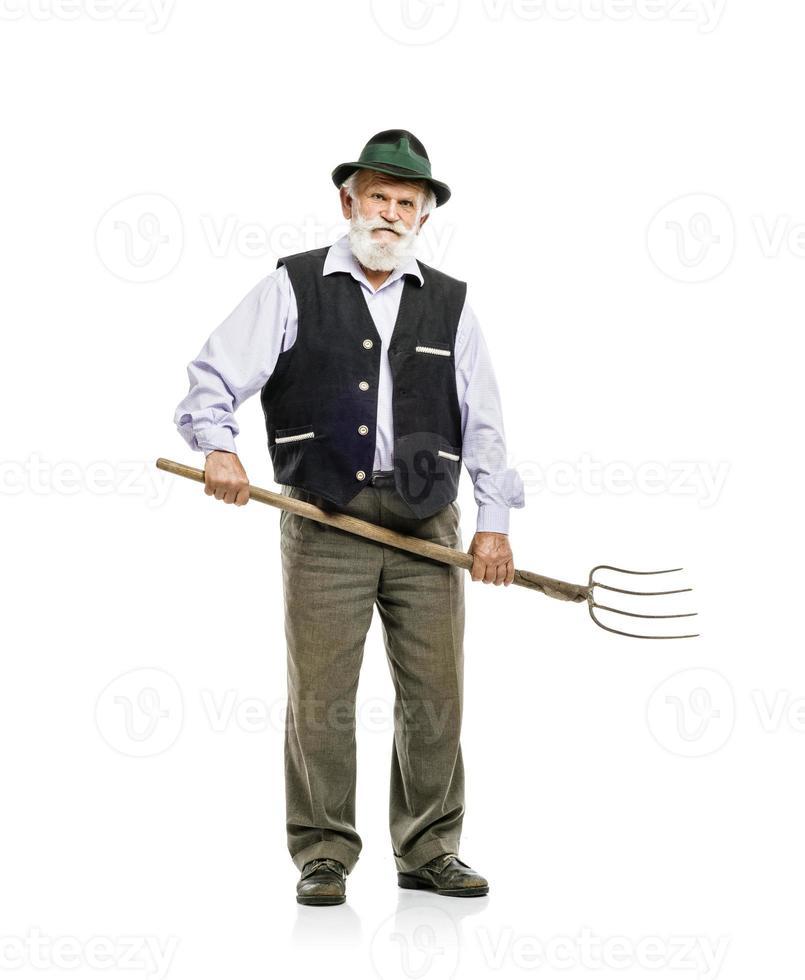 alter Mann mit Heugabel isoliert foto