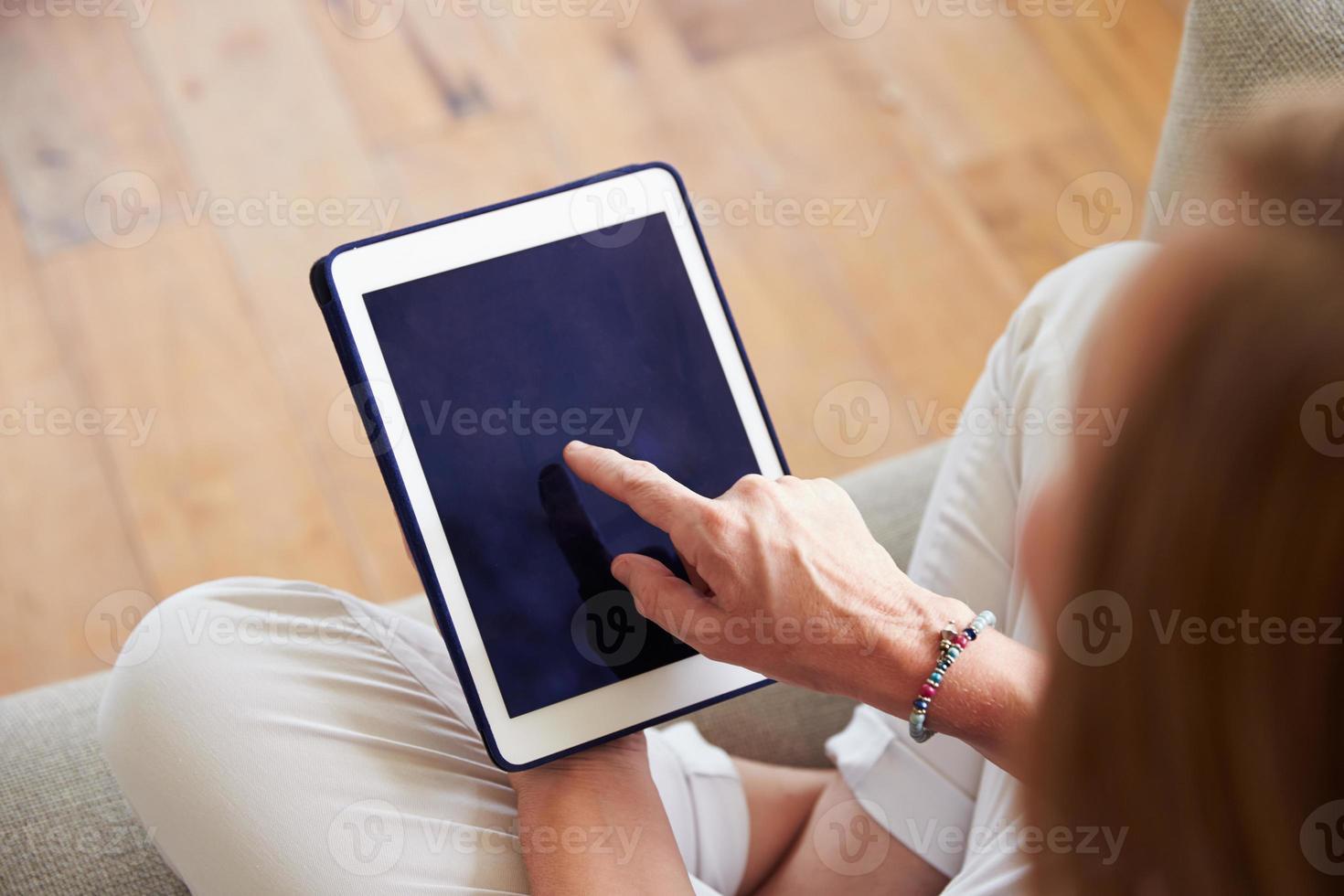 Nahaufnahme der Frau mit digitalem Tablet zu Hause foto