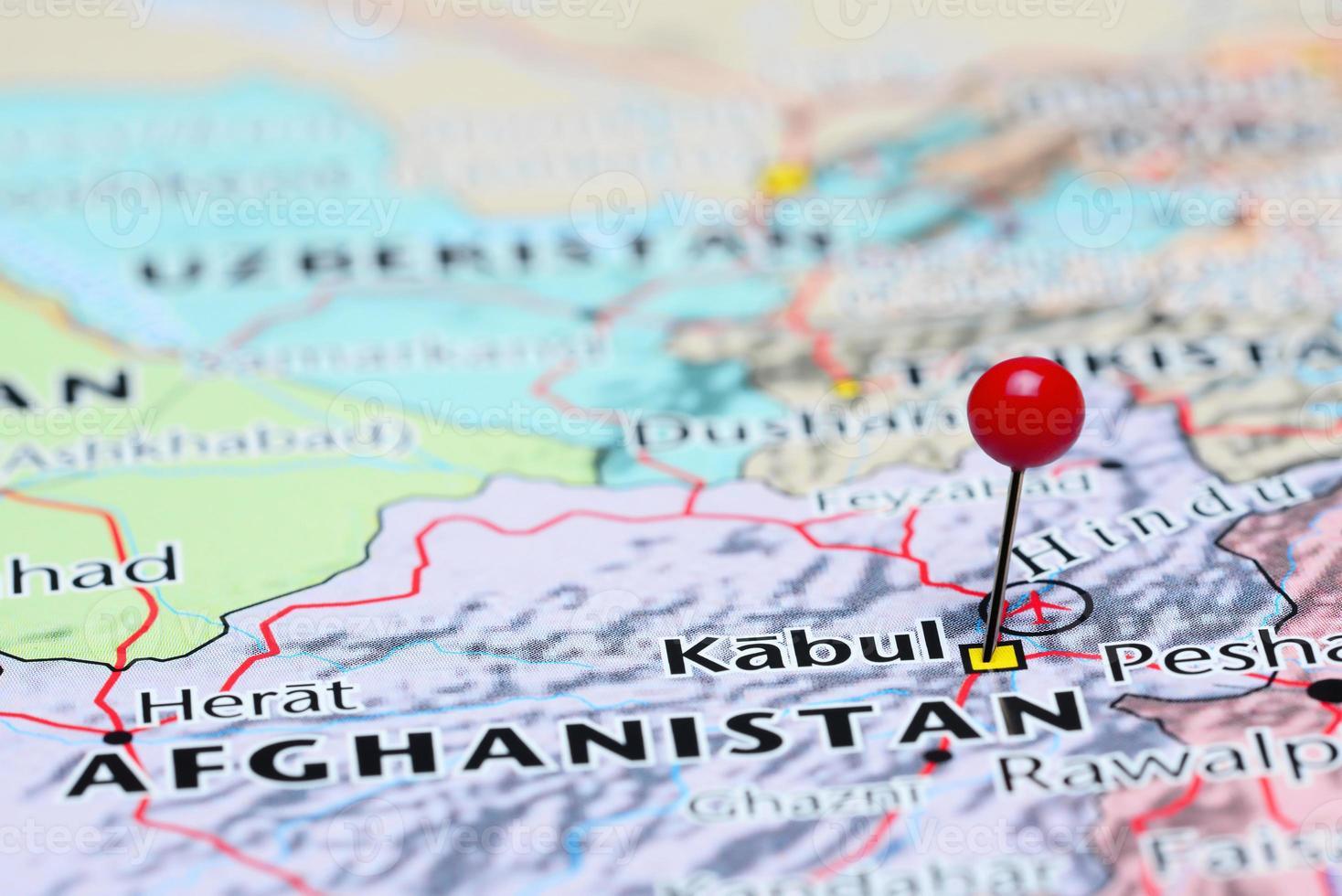 Kabul auf einer Karte von Asien festgesteckt foto