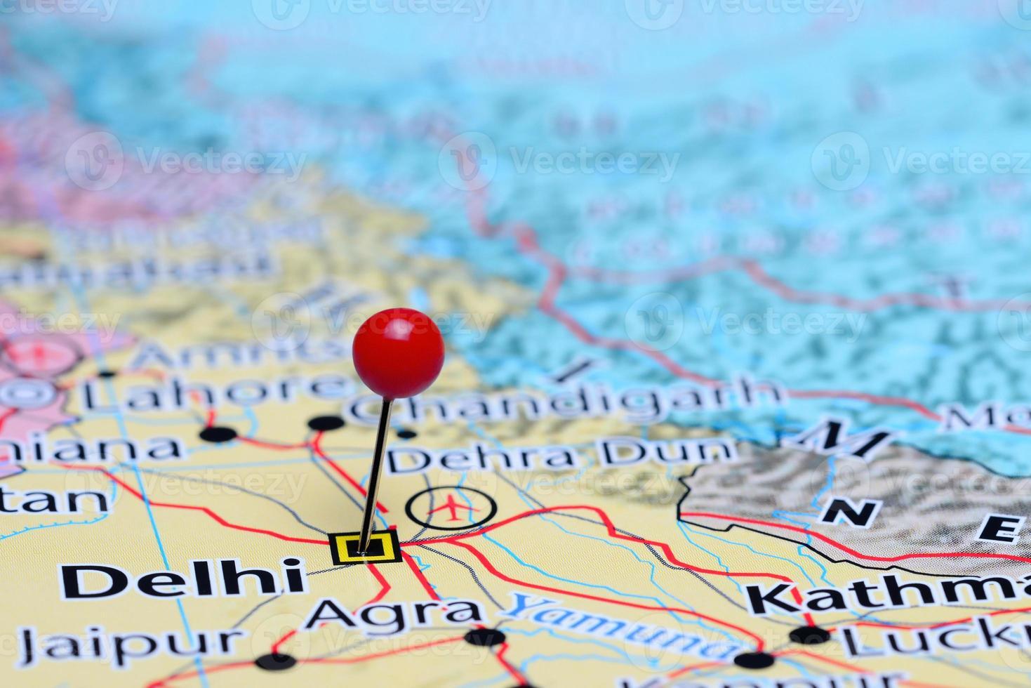 Delhi steckte auf einer Karte von Asien fest foto