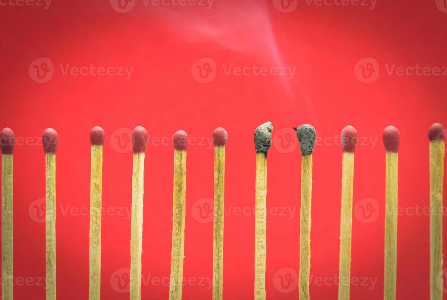 gebrannte Streichholzeinstellung auf rotem Hintergrund für Ideen und Inspiration foto