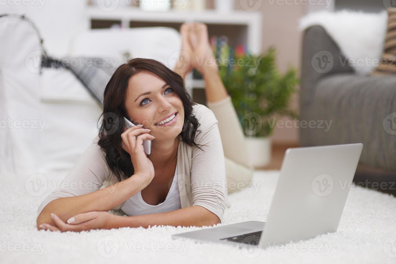 schöne Frau, die zeitgenössische Technologie genießt foto