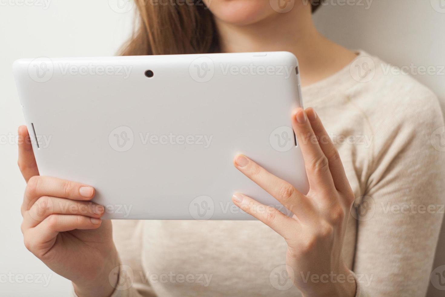 Nahaufnahme junge Geschäftsfrau, die Tablette PC hält foto