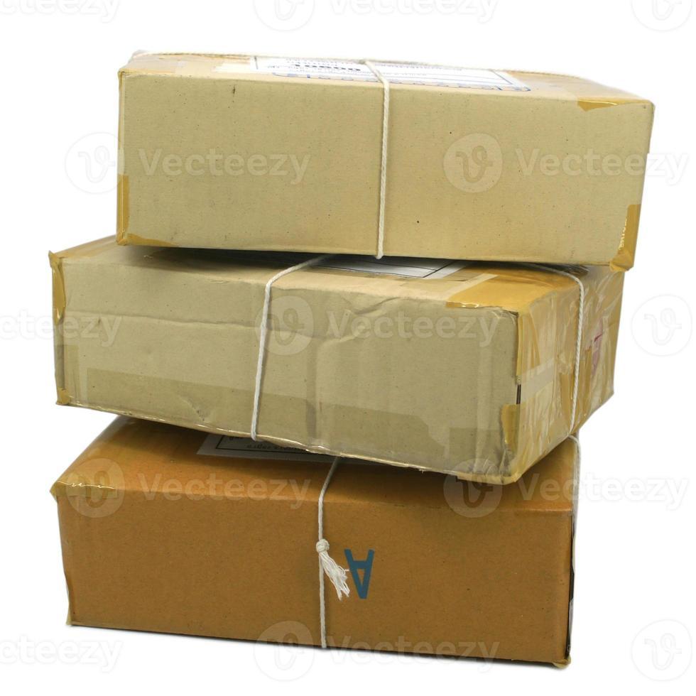 Gruppe von Paketboxen mit braunem Klebeband umwickelt foto